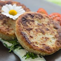 Galettes de patate douce au quinoa accompagnées d\'une sauce au yaourt à la grecque
