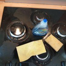 Récurer la plaque de cuisson sans produit spécial