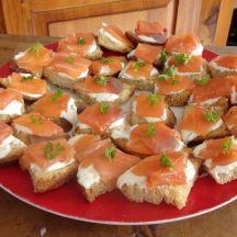 Canapés de saumon et sa crème de ciboulettes
