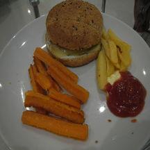 Cheeseburger accompagné de grosses frites et churros pomme de terre carottes