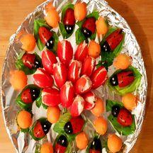 Apéritif ensoleillé avec ces coccinelles sur un bouquet de tulipes et des billes de melons