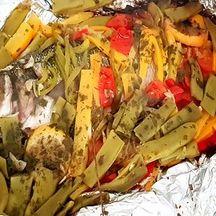 Loup en papillote et petits légumes variées cuisson barbecue.