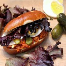 Sandwich avec petit pain façon Bretzel au thon à la tomate
