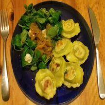 Ravioli de pesto en salade de mâche et chutney de courgettes au gingembre