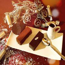 Lingots de chocolat au nougat glacé avec son coulis de fruits rouges