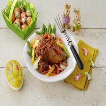 Gigot d'agneaux aux lardons, asperges, jeunes carottes et oignons aux herbes