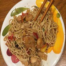 Nouilles chinoises au poulet, crevettes, légumes et graines de sésame