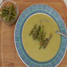 Soupe aux asperges vertes fraiches