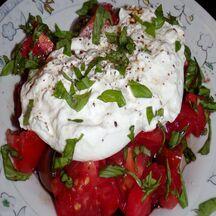 Tomate, burrata, basilic frais du jardin, huile d'olive et crème de balsamique