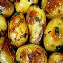 Saumon en croute de noix et ses pommes de terre grenailles confites accompagné de fraîcheurs croquantes