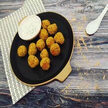 Falafels de pois chiches cuits au four et sauce au fromage blanc