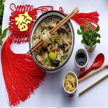 Soupe asiatique de dinde, nouille de riz pho et champignons noirs