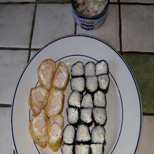 Makis au crabe nageur, surimi, Sushis au saumon et salade de chou à la Japonaise