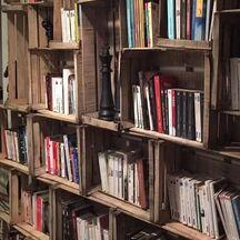 Fabriquer sa bibliothèque avec des cagettes en bois